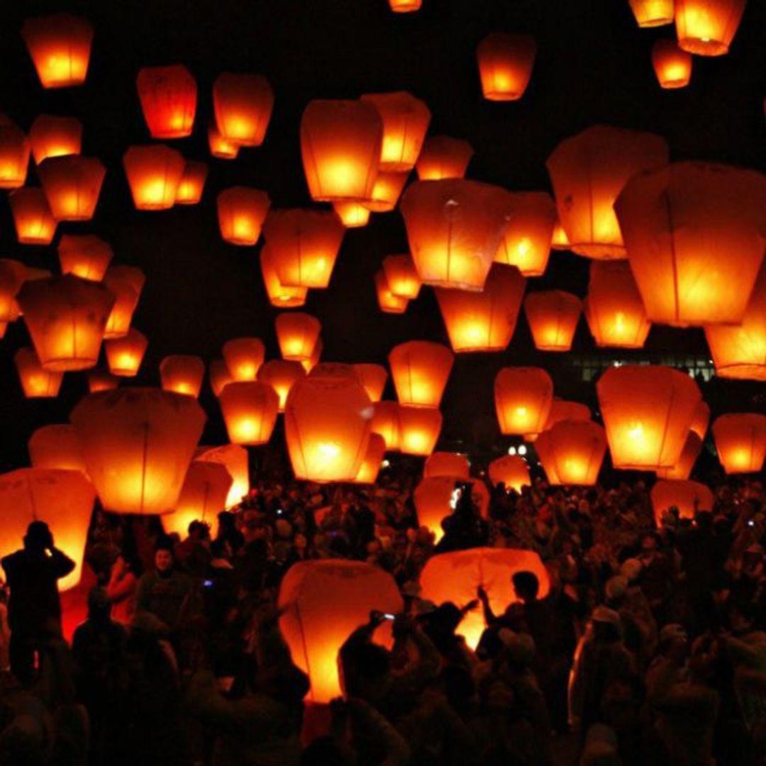 Летающий фонарик Множество фонариков в воздухе