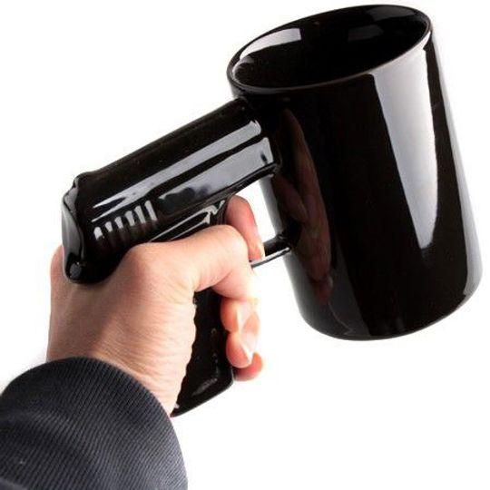 Кружка Пистолет (Черная с черной ручкой) В руке