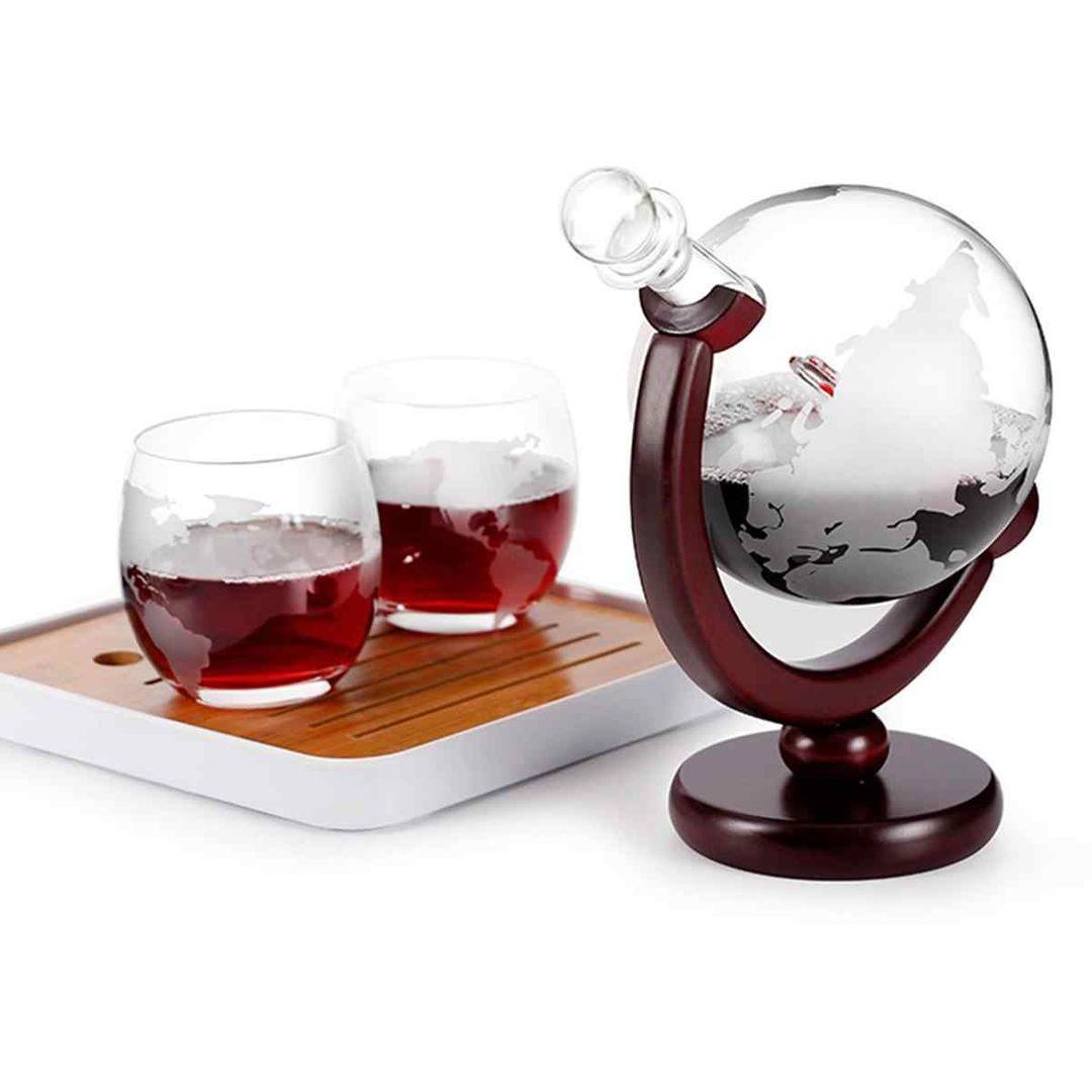 Декантер для напитков на деревянной подставке Глобус с бокалами (2 шт)