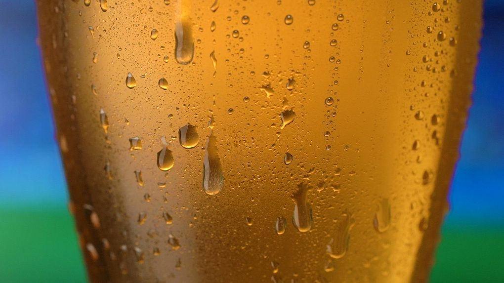 Запотевший стакан с холодным пивом