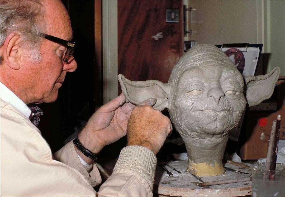 Стюарт Фриборн работает над созданием куклы мастера Йоды