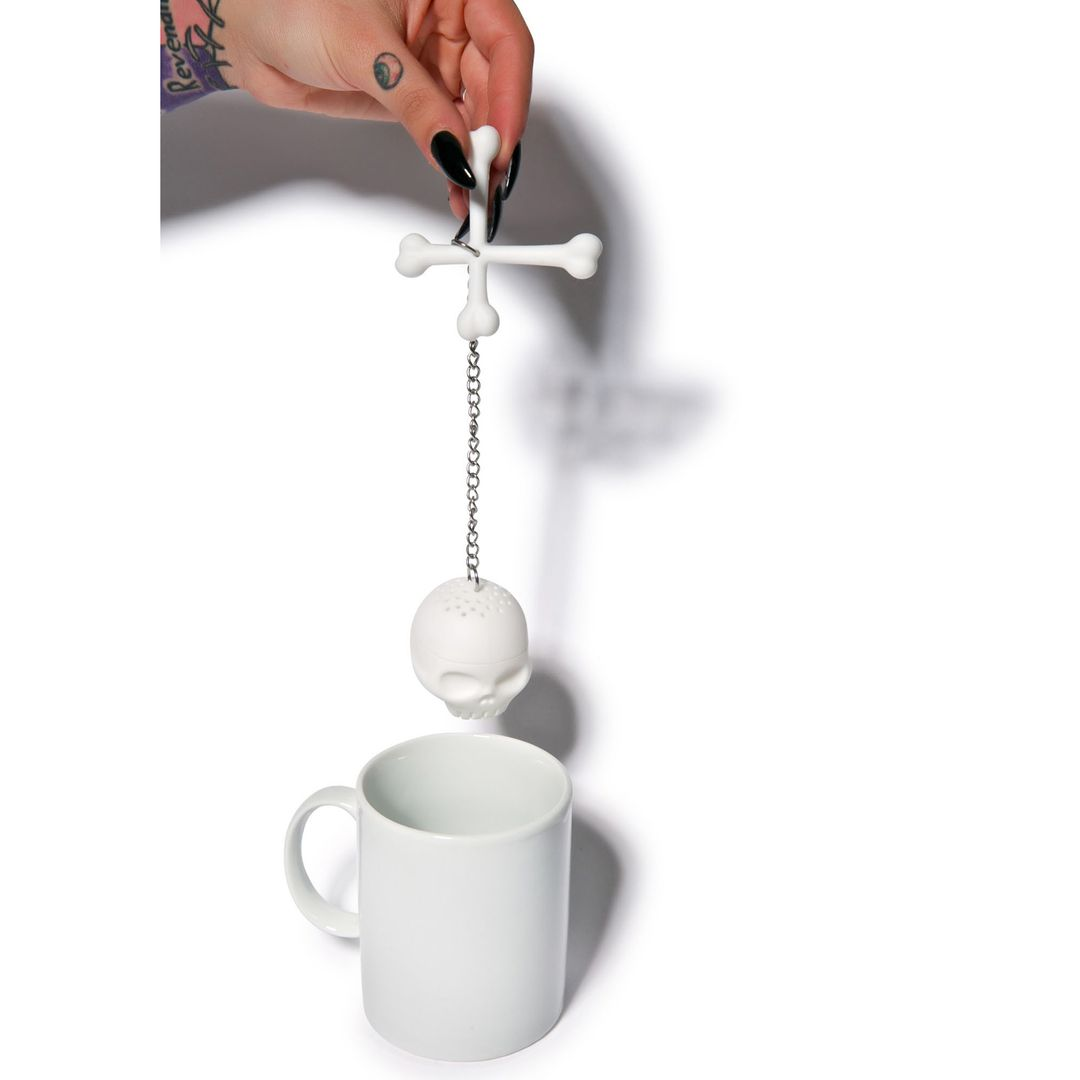 Заварник для чая Веселый Роджер На цепочке над кружкой
