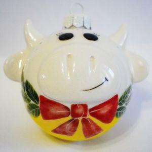 Фарфоровый елочный шар Коровка с бантиком (ручная роспись)
