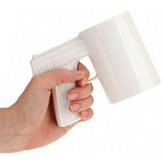 Кружка Пистолет (Белая с белой ручкой) В руке