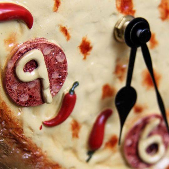 Часы Сальвадора Дали Пицца Крупным планом