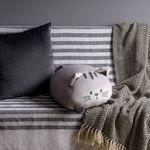 Подушка котенок в интерьере