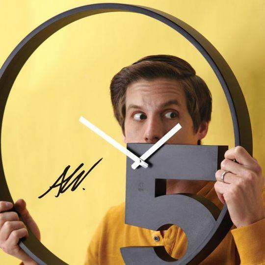 Часы настенные Take 5 В руках у дизайнера